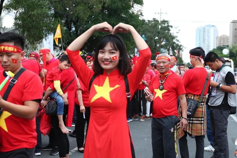 CĐV cuồng nhiệt cổ vũ cho U-22 VN bên ngoài sân Rizal Memorial - ảnh 10