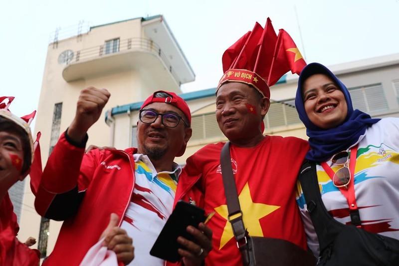 CĐV cuồng nhiệt cổ vũ cho U-22 VN bên ngoài sân Rizal Memorial - ảnh 7