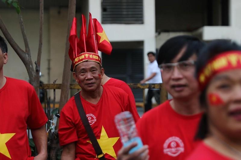 CĐV cuồng nhiệt cổ vũ cho U-22 VN bên ngoài sân Rizal Memorial - ảnh 4
