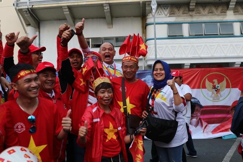 CĐV cuồng nhiệt cổ vũ cho U-22 VN bên ngoài sân Rizal Memorial - ảnh 8