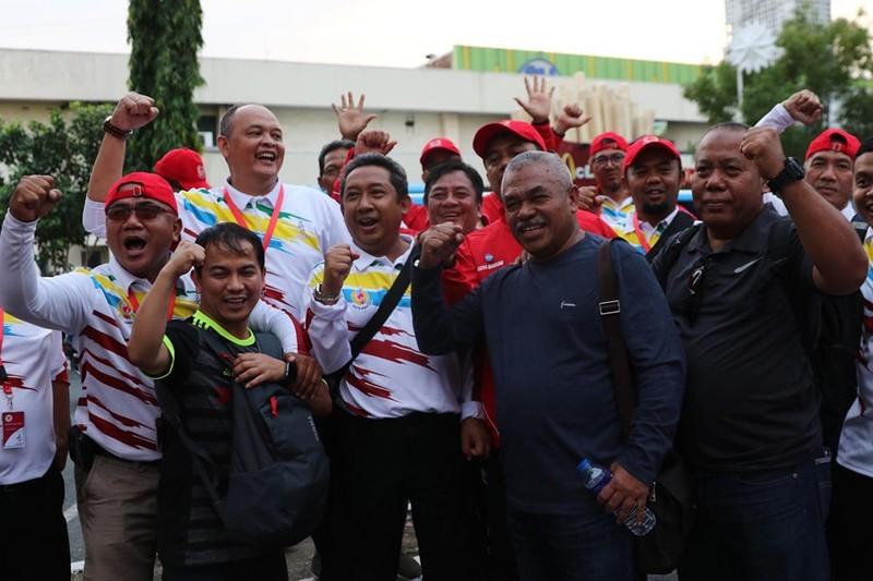 CĐV cuồng nhiệt cổ vũ cho U-22 VN bên ngoài sân Rizal Memorial - ảnh 12