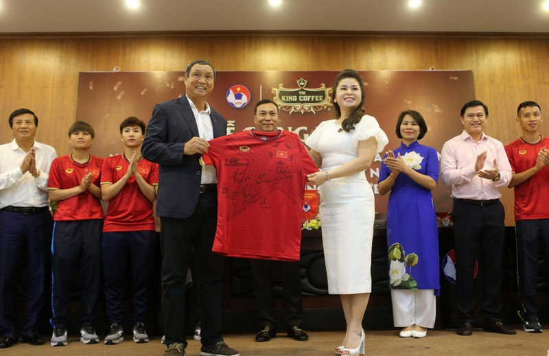 Cái bắt tay của bà Diệp Thảo và HLV Park Hang-seo - ảnh 2