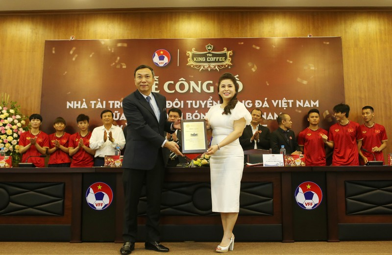 Cái bắt tay của bà Diệp Thảo và HLV Park Hang-seo - ảnh 4
