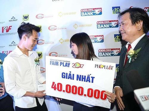 Nghĩa cử đẹp của Văn Toàn sau khi giành cú đúp Fair Play 2017 - ảnh 3