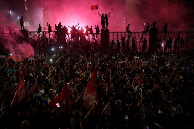 Bất chấp dịch COVID-19, fan Liverpool vẫn đổ ra đường ăn mừng - ảnh 12