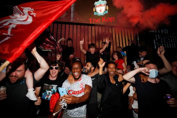 Bất chấp dịch COVID-19, fan Liverpool vẫn đổ ra đường ăn mừng - ảnh 13