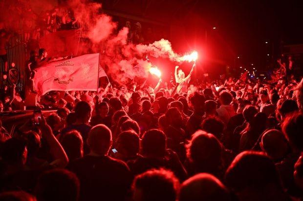 Bất chấp dịch COVID-19, fan Liverpool vẫn đổ ra đường ăn mừng - ảnh 14