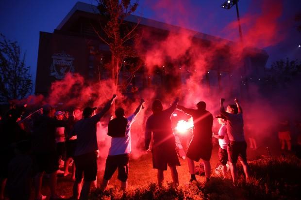 Bất chấp dịch COVID-19, fan Liverpool vẫn đổ ra đường ăn mừng - ảnh 15