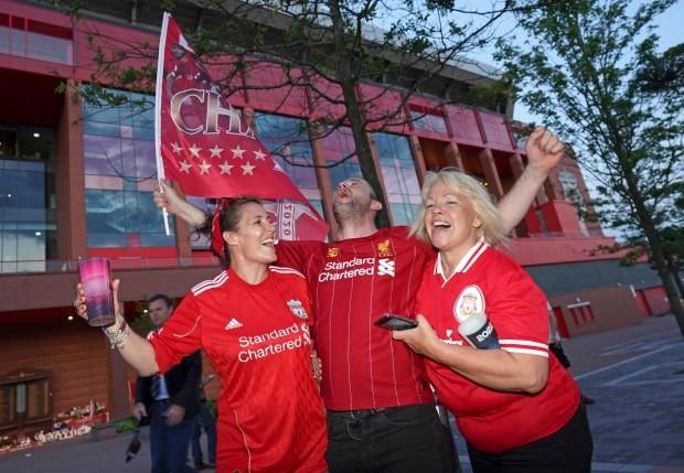 Bất chấp dịch COVID-19, fan Liverpool vẫn đổ ra đường ăn mừng - ảnh 16