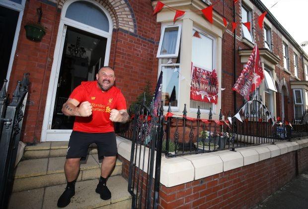 Bất chấp dịch COVID-19, fan Liverpool vẫn đổ ra đường ăn mừng - ảnh 2