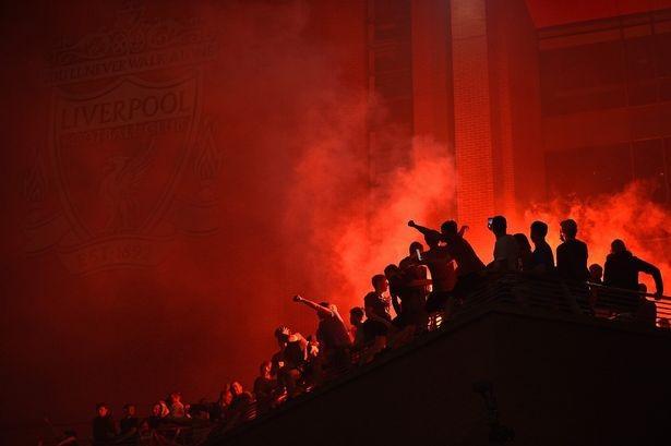 Bất chấp dịch COVID-19, fan Liverpool vẫn đổ ra đường ăn mừng - ảnh 1
