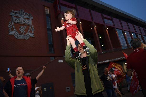 Bất chấp dịch COVID-19, fan Liverpool vẫn đổ ra đường ăn mừng - ảnh 4