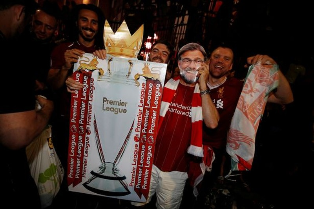 Bất chấp dịch COVID-19, fan Liverpool vẫn đổ ra đường ăn mừng - ảnh 5