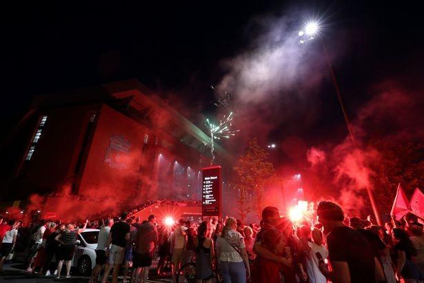 Bất chấp dịch COVID-19, fan Liverpool vẫn đổ ra đường ăn mừng - ảnh 7