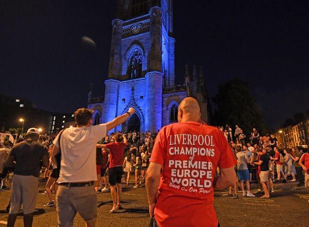 Bất chấp dịch COVID-19, fan Liverpool vẫn đổ ra đường ăn mừng - ảnh 8