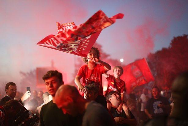 Bất chấp dịch COVID-19, fan Liverpool vẫn đổ ra đường ăn mừng - ảnh 9