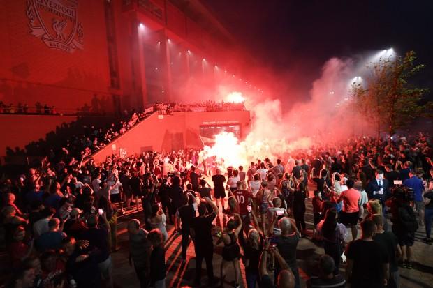 Bất chấp dịch COVID-19, fan Liverpool vẫn đổ ra đường ăn mừng - ảnh 11