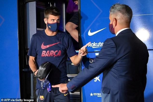 Cầu thủ Barcelona bị NHM 'phục kích' ở khách sạn la ó phản đối - ảnh 3