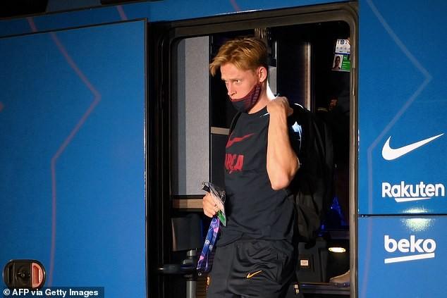 Cầu thủ Barcelona bị NHM 'phục kích' ở khách sạn la ó phản đối - ảnh 5