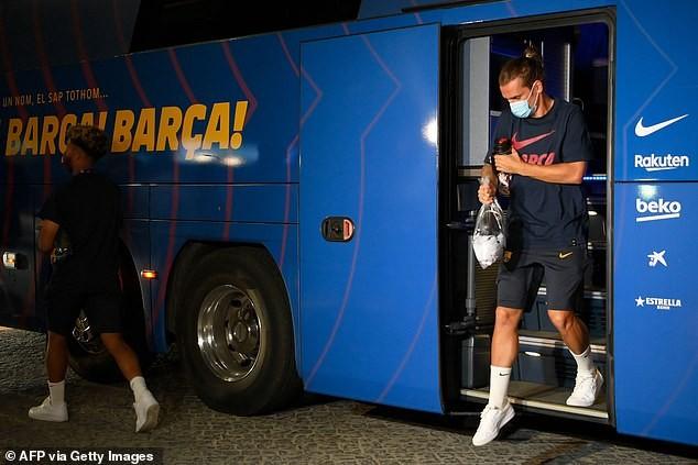 Cầu thủ Barcelona bị NHM 'phục kích' ở khách sạn la ó phản đối - ảnh 4