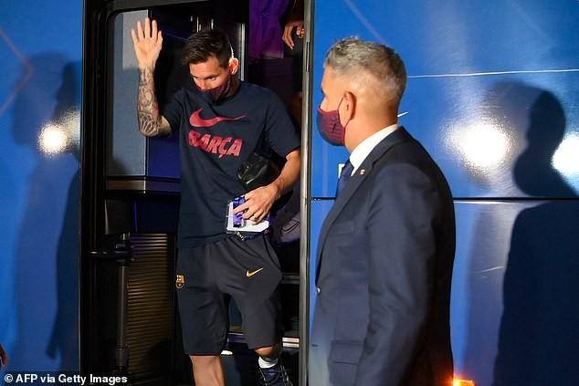 Cầu thủ Barcelona bị NHM 'phục kích' ở khách sạn la ó phản đối - ảnh 1