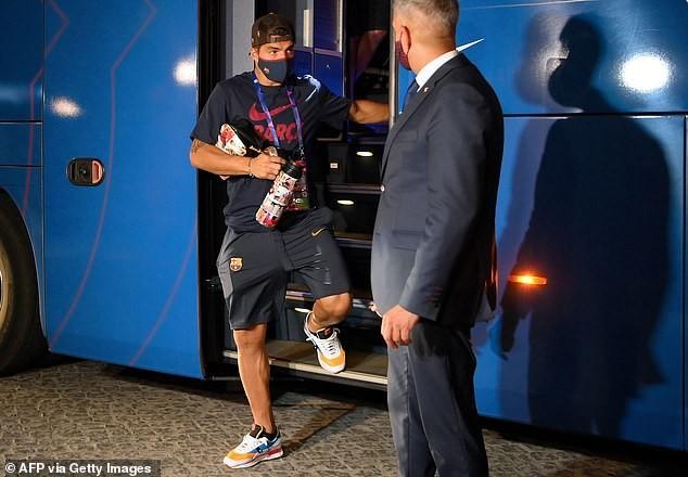Cầu thủ Barcelona bị NHM 'phục kích' ở khách sạn la ó phản đối - ảnh 2