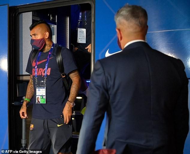 Cầu thủ Barcelona bị NHM 'phục kích' ở khách sạn la ó phản đối - ảnh 6