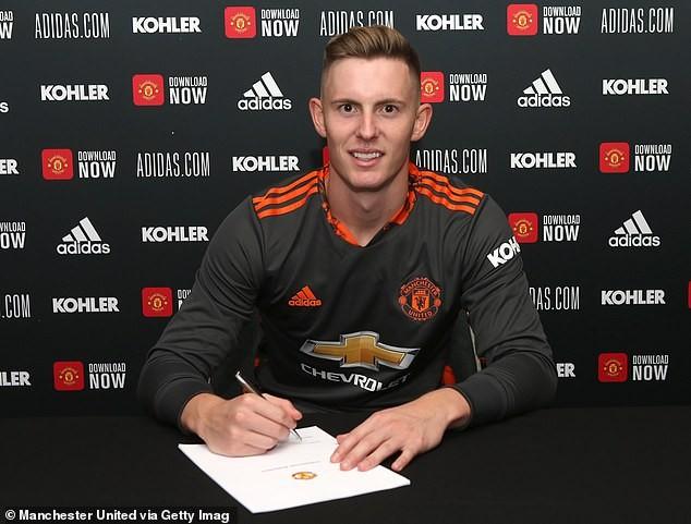 MU chính thức ký hợp đồng với thủ môn tuyển Anh - ảnh 1
