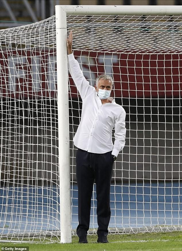 Hành động lạ trước khung thành của Mourinho ở Europa League - ảnh 4