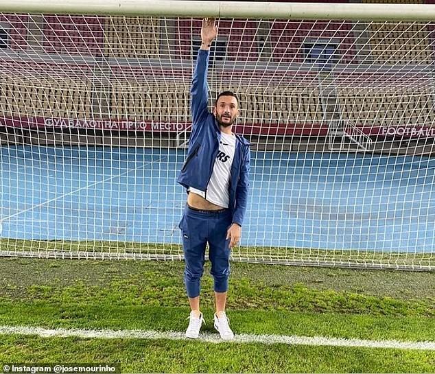 Hành động lạ trước khung thành của Mourinho ở Europa League - ảnh 2