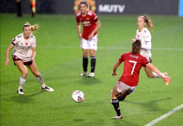 Hạ gục Arsenal vô đối, MU lên ngôi đầu bảng bóng đá Anh - ảnh 1