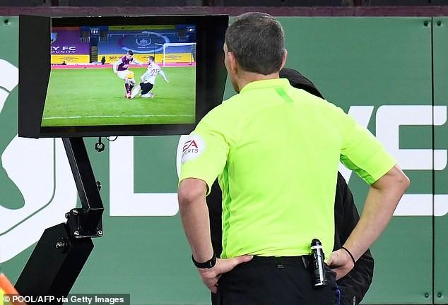 Những tranh cãi trong ngày MU lên đỉnh Premier League - ảnh 5