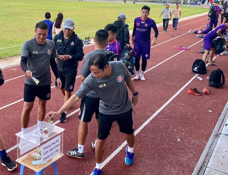 Hành động đẹp ngoài sân bóng của CLB Sài Gòn - ảnh 3