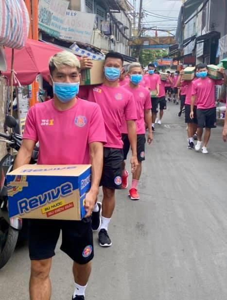 Hành động đẹp ngoài sân bóng của CLB Sài Gòn - ảnh 5