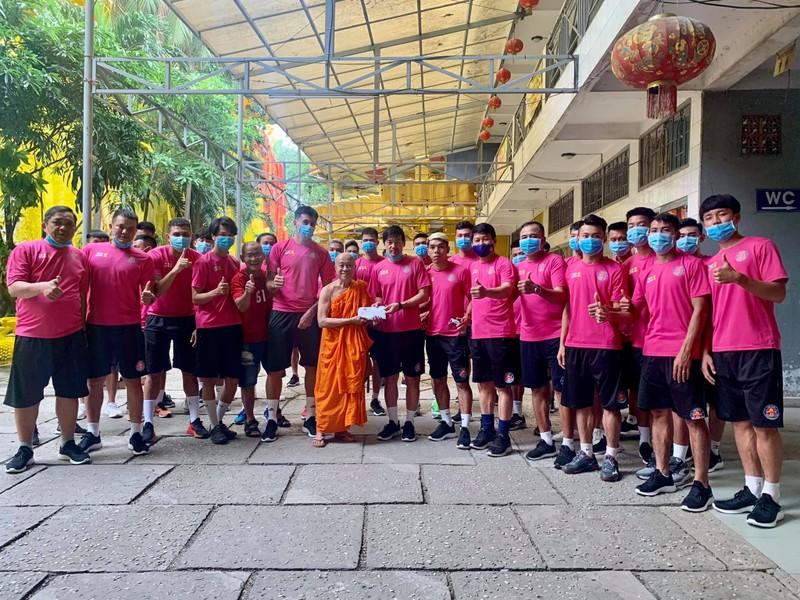 Hành động đẹp ngoài sân bóng của CLB Sài Gòn - ảnh 4