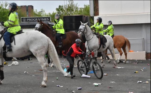 Cảnh sát hộ tống Manchester United rời Lowry - ảnh 1