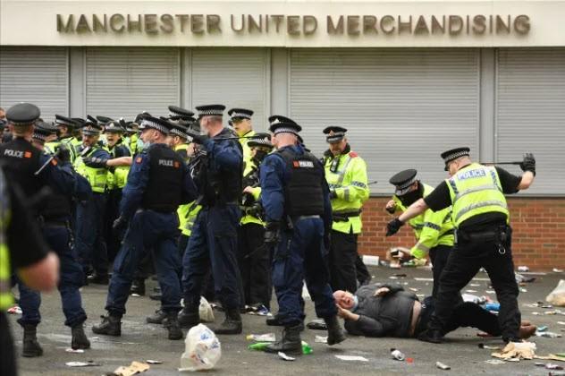 Cảnh sát hộ tống Manchester United rời Lowry - ảnh 2