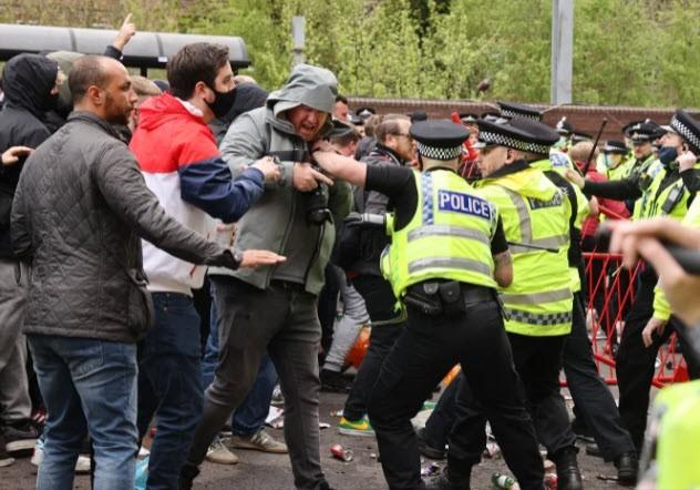 Cảnh sát hộ tống Manchester United rời Lowry - ảnh 3