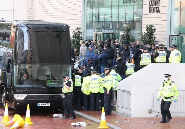 Cảnh sát hộ tống Manchester United rời Lowry - ảnh 4