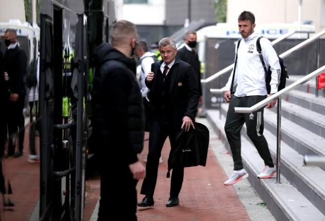 Cảnh sát hộ tống Manchester United rời Lowry - ảnh 6