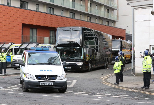 Cảnh sát hộ tống Manchester United rời Lowry - ảnh 11