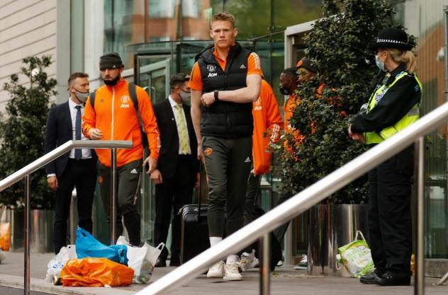 Cảnh sát hộ tống Manchester United rời Lowry - ảnh 8
