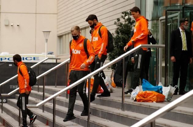 Cảnh sát hộ tống Manchester United rời Lowry - ảnh 9