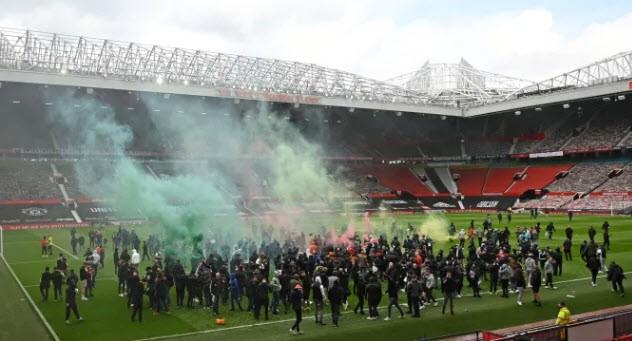 Cảnh sát hộ tống Manchester United rời Lowry - ảnh 12