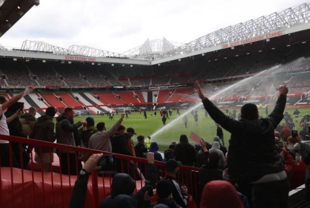 Cảnh sát hộ tống Manchester United rời Lowry - ảnh 13