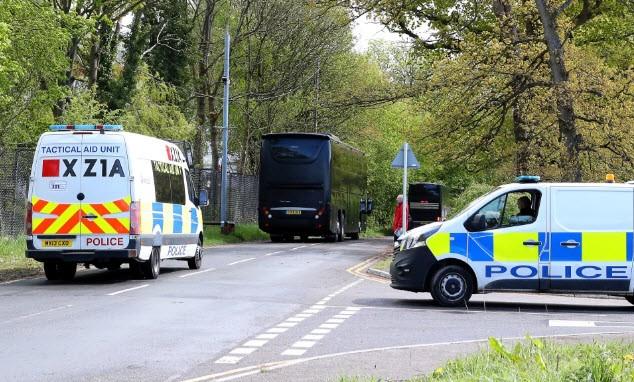 Cảnh sát hộ tống Manchester United ra sân bay - ảnh 1