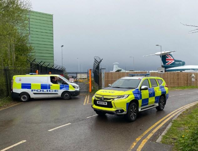 Cảnh sát hộ tống Manchester United ra sân bay - ảnh 2