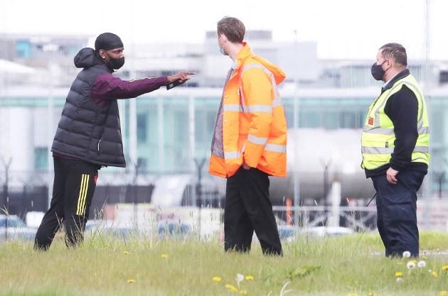 Cảnh sát hộ tống Manchester United ra sân bay - ảnh 6