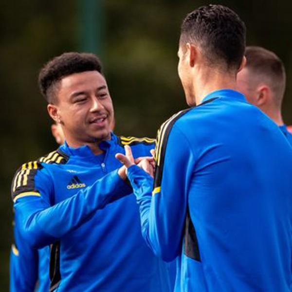 Lingard dạy kỹ năng cho Ronaldo trên sân tập MU - ảnh 3