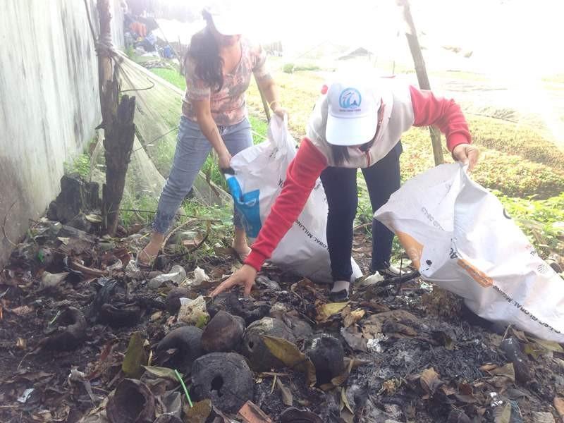 Các nữ công nhân khu nhà trọ 1155/3/7 (KP. 2, phường Bình Chiểu, Thủ Đức, TP.HCM) đang dọn dẹp vệ sinh, hưởng ứng phòng, chống dịch Zika. Ảnh: P.ĐIỀN